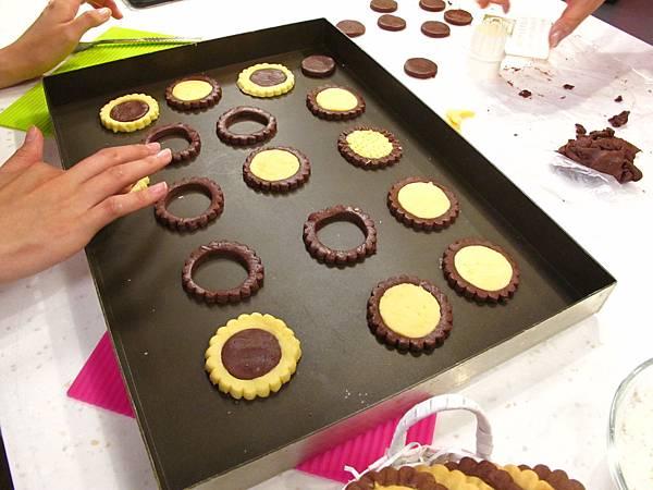 向日葵雙色餅乾做法:將兩邊的花心互調後放入