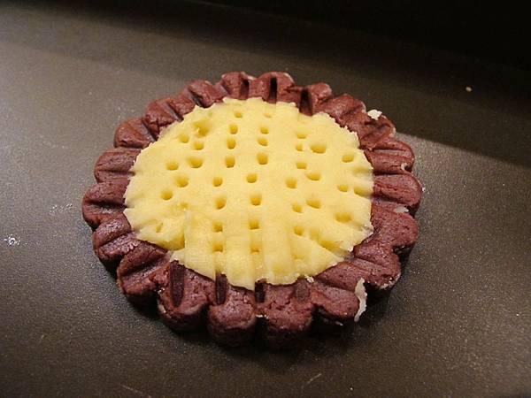 向日葵雙色餅乾做法:以叉子在花心的部份戳洞