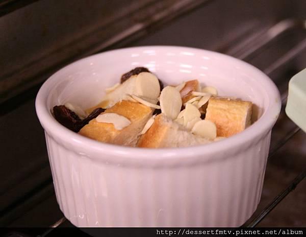 布丁麵包 做法:入烤箱以175~180度C烤約20分鐘
