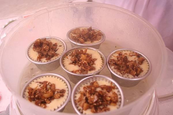 鵝油芋香杯子蛋糕作法 在麵糊上面放上餡料即可入電鍋中蒸熟即可
