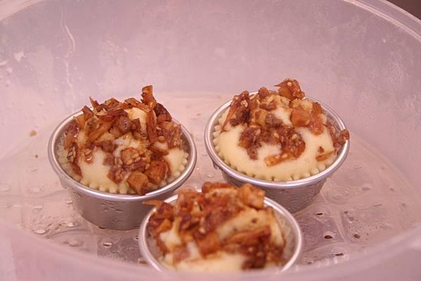鵝油芋香杯子鹹蛋糕作法:在麵糊上面放上餡料即可入電鍋中蒸熟即可