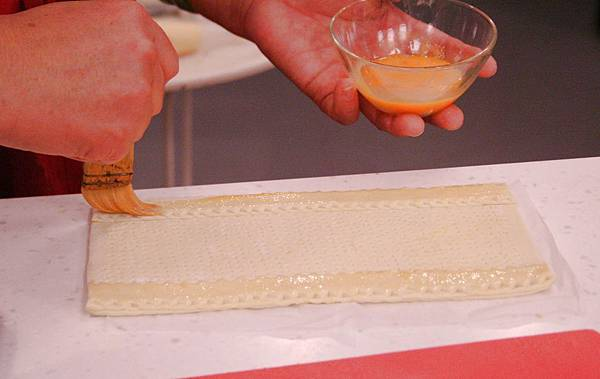 兩側的麵皮刷上蛋液後放入烤箱