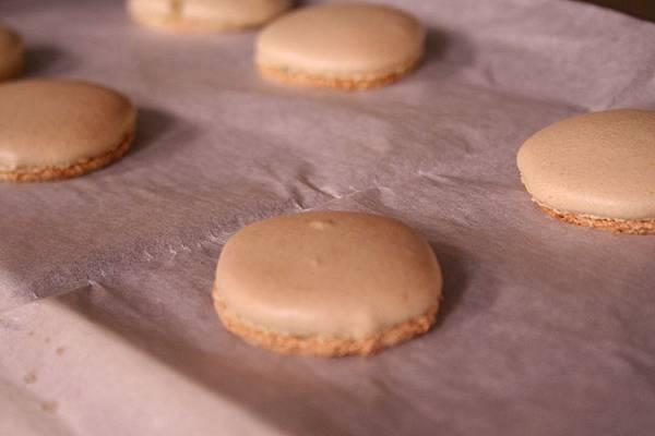 義式馬卡龍 做法 入烤箱先以180/150烤7分鐘.餅皮跑出漂亮雷絲 即可再以100/150烤8-10分鐘