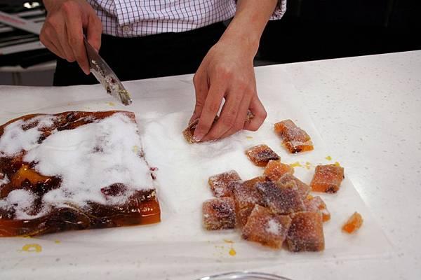 法式水果軟糖 做法:將冷藏凝固的水果糖沾大量砂糖切割即完成