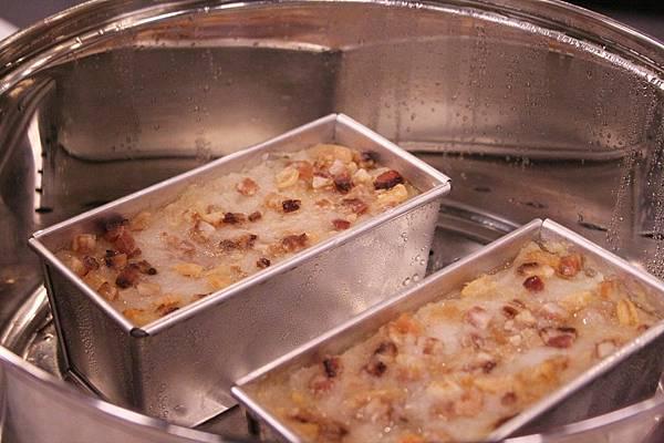 港式蘿蔔糕作法:大火蒸40分鐘左右取出表面刷上少許油後放涼即完成