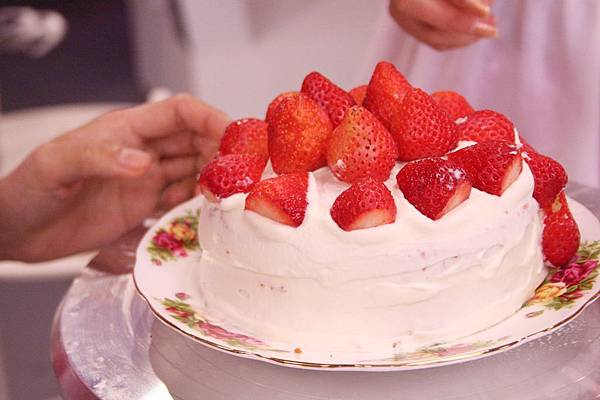 將蛋糕上層及外圍抹上鮮奶油 放草莓,防潮糖粉做裝飾即可