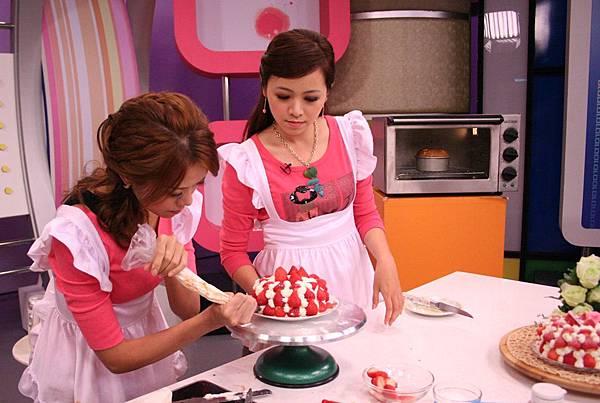將蛋糕上層及外圍抹上鮮奶油 . 放草莓,防潮糖粉做裝飾即可