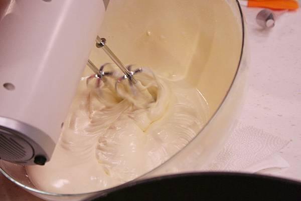 低筋麵粉過篩兩次後加入拌勻