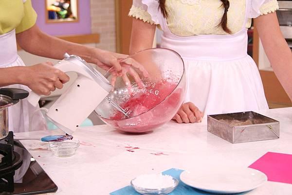 覆盆子棉花糖 做法:將煮好的覆盆子糖漿放入攪拌機中,用攪拌器高速攪打,邊加入轉化糖漿100g和泡軟的吉利丁一起攪拌。