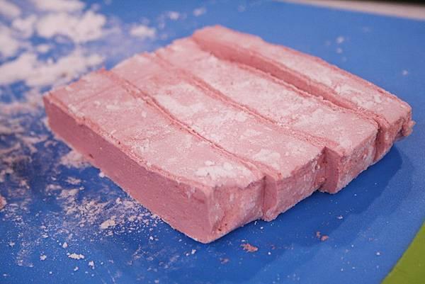 覆盆子棉花糖 做法:最後將凝固的棉花糖,用刀子一刀切下,再將切好的棉花糖沾上薄薄的熟玉米粉即完成。