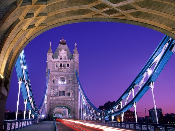 Crossing_Over%2C_Tower_Bridge%2C_London%2C_England.jpg