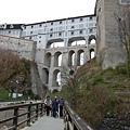 繞過城堡下