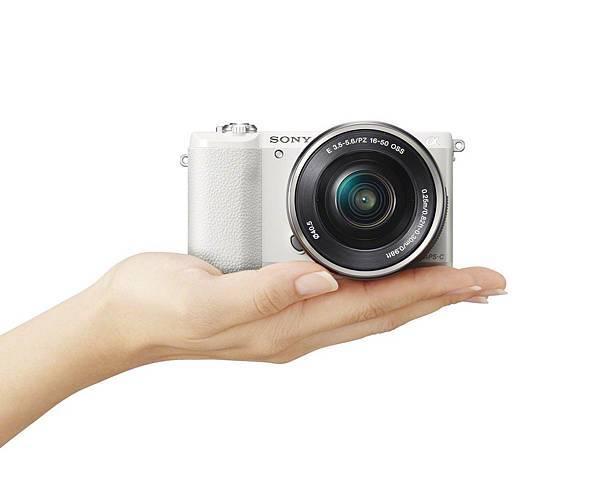 ILCE-5100_wSELP1650_hand_white-1200