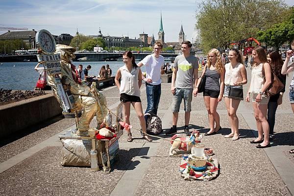 Zurich_StudentsWithLivingStatue.jpg