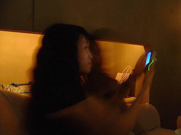 這位太太好像在忙著看朱智勳的MV