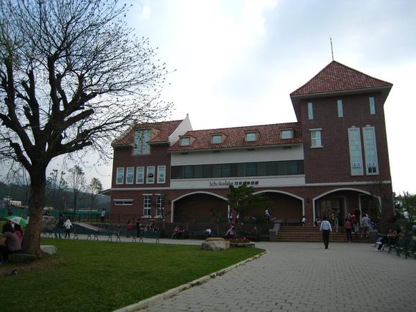 前方的建築物是巧克力工坊,可以DIY巧克力