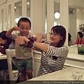 臭弟喜歡用媽媽的手臂,表演吊單槓!! 媽媽真是太偉大也太猛壯了!