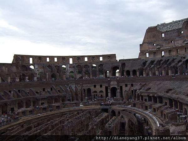 從不同角度、高度觀窺羅馬競技場,就是這偉大不朽的建築,讓羅馬成為許多史學家及觀光客心目中,偉大的城市。 (1).JPG