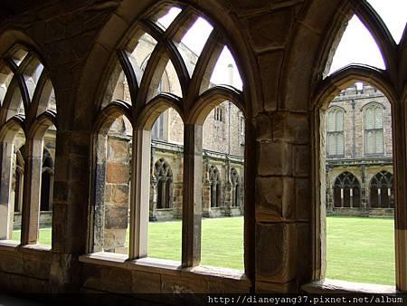 教堂內優雅古老的迴廊,哈利波特電影中,魔法學校的迴廊即是取景於此喔!