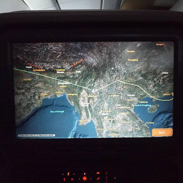 The map showing route of this flight... 飛越這些重重山嶺,會經過尼泊爾、與喜馬拉雅山遠遠交錯哩。