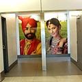 在很多寫印度遊記的網誌上會看見的,大家都會忍不住對著德里機場內的廁所入口拍個照。這機場每間廁所都是如此,巨大的印度裝束男女照片,太高調了!