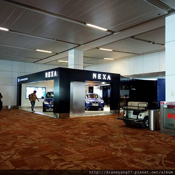 德里機場里的店.... 竟然有賣車耶! 好猛。