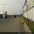 德里清早的街上,空氣不太好,迎面而來的嘟嘟車已沿途叭叭叭地上工了! 到處都是沙。