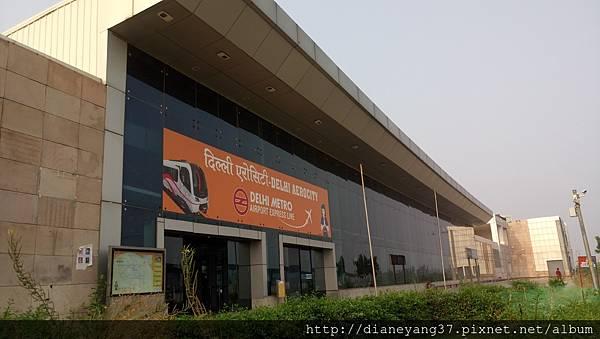 德里的捷運站,一進站之後就要通過層層安檢--搜身+隨身行李X光掃描,而且內部嚴禁拍照,很嚴謹。