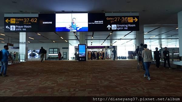 準備前往搭國內線班機的登機門。德里機場很大,光是一個國內線的terminal與前往登機口的距離都很遠,走到不行。國內線容易delay、突然換個登機口也不意外~此行在印度搭機多趟,延遲或更換登機口都遇到了,建議搭印度國內OR國際線一定要勻好時間、才可從容以對!