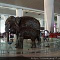 德里機場的大廳裏,常有強烈印度風格的雕速或裝飾~