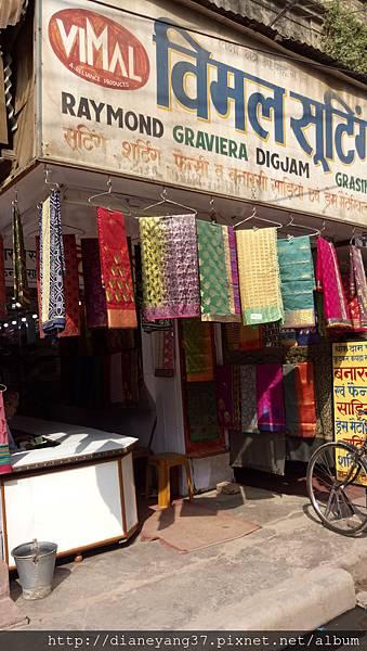 瓦拉納西街上的小店之一。這裡的店鋪小又滿、加上色彩繽紛,這就是印度的street style...