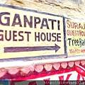"""牆壁上以五顏六色的手繪呈現廣告與各種標示... 我們在恆河的住處""""Ganpati Guest House""""、由此進! 必須穿過五味雜陳、髒亂狹小的小巷~非常驚人的一段路。"""