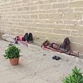 恆河畔常見這樣懶懶躺在地上、縮在牆邊的人...