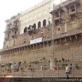 河壇(Ghat)。沿著恆河畔其實有大大小小將近百個河壇... 這座離我們住處最近的是Manmandir ghat,16世紀時由當時在位的Man Singh (Man Singh I, 1550-1614)建造。