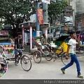 從最主要的達薩斯瓦梅朵河壇(Dashashwamedh Ghat)拾級而上,會走到這一條熱鬧非常的道路,路兩邊小店攤商林立,人車多,喇叭聲響也很厲害。