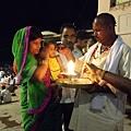 這個儀式穿梭在或坐或站在河壇石階上的人群中。