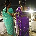 著傳統印度紗麗的婦女。印度服飾總是華麗非常,一定要顏色強烈、外加金光閃耀才行!