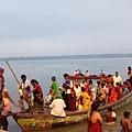 大清早在恆河搭渡船與晨浴的當地人們。