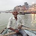 幫我們掌舵划槳的老船夫,他是讓我們的恆河遊船記憶、變得正面而美好的舵手。