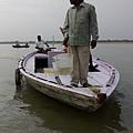 恆河遊船時,突然靠近我們的船、提著裝滿一籃子活魚對我們用中文大喊:「放生! 放生!」的人... 嚇壞寶寶了! :P