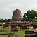 遠望鹿野苑最重要的參觀目的之一: Dhamekh Stupa,這是此處碩果僅存、保存堪稱最完整的建築物,其它都被破壞到只剩地基與些許斷垣殘壁了...