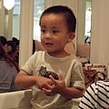 表演清唱兒歌的臭弟~有遺傳老媽會唱歌的真傳,唱的好好! :)