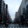 週六禁車行、專讓行人逛大街放鬆血拼的銀座七丁目大街….JPG