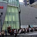 甫開幕數週的H&M,等待進場的排隊人龍驚人。.JPG