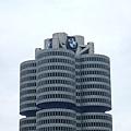這就是BMW總部大樓,有注意到它的建築外觀是仿車的四輪傳動渦輪形狀而建的嗎~~.JPG