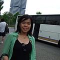 我和BMW大樓~~旁邊是載著我們東奔西跑的遊覽車~.JPG