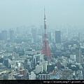 登上Ropponki Hills的第52層高樓展望台,看見東京鐵塔。.JPG