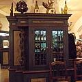 好喜歡這個優雅的老酒櫥!!.JPG