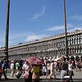 聖馬可大教堂前的超大廣場,置身其中後,真正感受到這裡難怪被稱作歐洲的客廳~.JPG