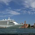 乘FERRY前進威尼斯的水路上~好個艷陽天,在船內已經開始感受到毒辣辣的陽光威力!.JPG